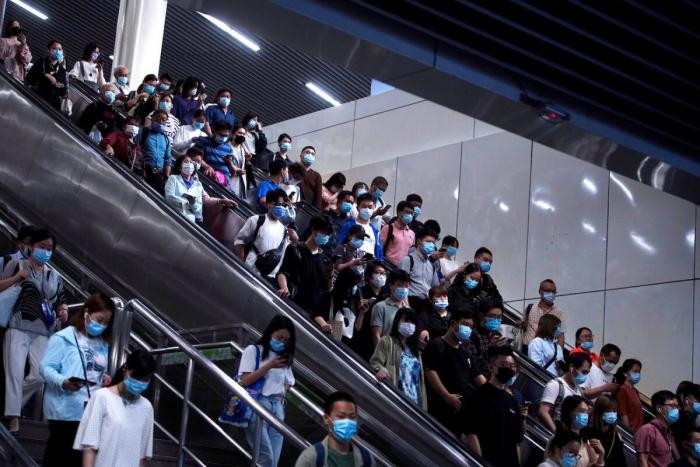Люди возле торгового центра в Пекине 8 мая 2021 г.