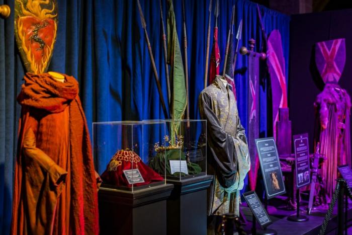 В платьях в стиле кимоно из «Игры престолов» внешний слой накладывался на внутренний слой слева.