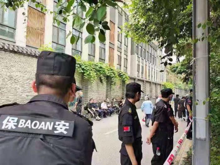 Жители района в Чунцине восстали против вторжения уличного комитета. Произошла кровавая стычка (Фото: The Epoch Tmes)