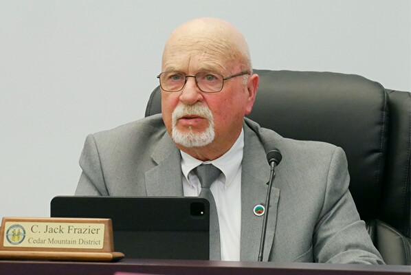 Джек Фрейзер из Наблюдательного совета округа Калпепер в штате Вирджиния выступает на заседании совета 4 мая 2021 г. по принятию резолюции, касающейся проблемы насильственного изъятия органов. (Sherry Dong/The Epoch Times)
