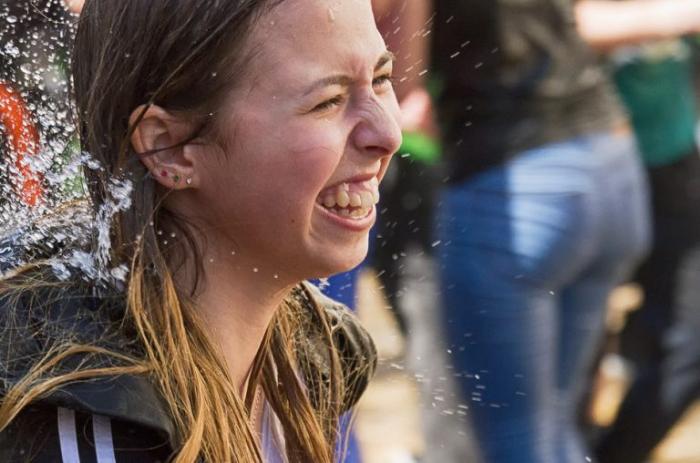 Смех помогает людям сохранить позитивное и оптимистичное настроение