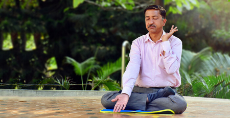 Прадип Кумар медитирует