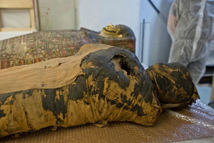 Мумия беременной и ее саркофаг.