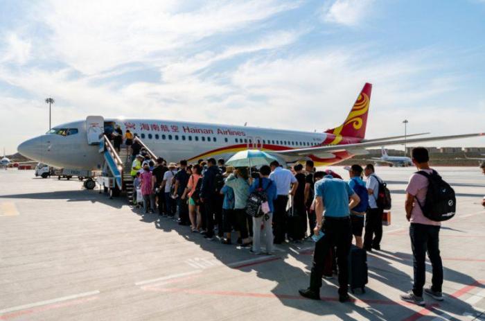 Изгнанные семьи покидают Китай, до усиления политики правящей КПК в отношении уйгуров и других групп.