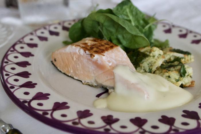 Филе лосося с одним из видов голландского соуса