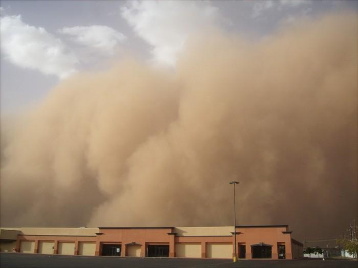 Мощная пылевая буря пронеслась по Астрахани и Дагестану