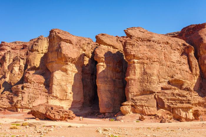 выход к трём морям (Мёртвое, Средиземное и Красное), пустыню, горы, оазисы