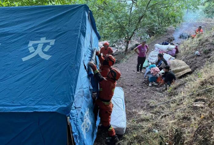 Как выживают китайцы, пострадавшие от двух мощных землетрясений и 2750 толчков