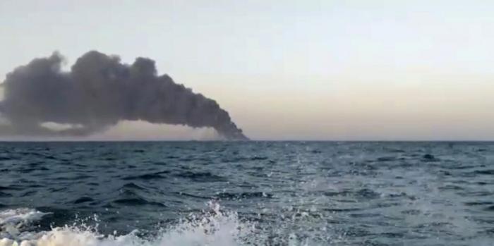 Скриншот видео, которое показывает дым, поднимающийся над кораблём ВМС Ирана «Харг» в Оманском заливе, 2 июня 2021 г.