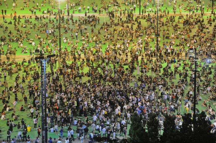 Граждане Гонконга проводят бдение при свечах в память о жертвах кровавого подавления демонстраций студентов в Пекине. Гонконг, парк Виктория, 4 июня 2021 года.