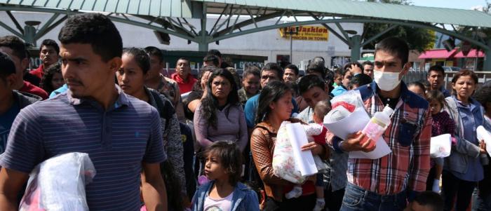 Незаконные иммигранты, только что освобождённые из-под стражи в рамках иммиграционной политики «поймай и отпусти», на автобусной станции в Макаллене, штат Техас, 11 апреля 2018 г.
