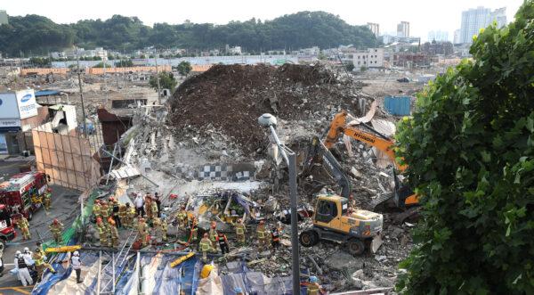 Пожарные ищут выживших после обрушения здания в Кванджу, Южная Корея, 9 июня 2021 г.
