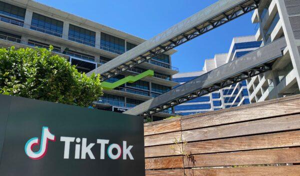 Логотип китайского видеоприложения TikTok изображён на здании нового офиса компании в кампусе C3 в Лос-Анджелесе 11 августа 2020 г.