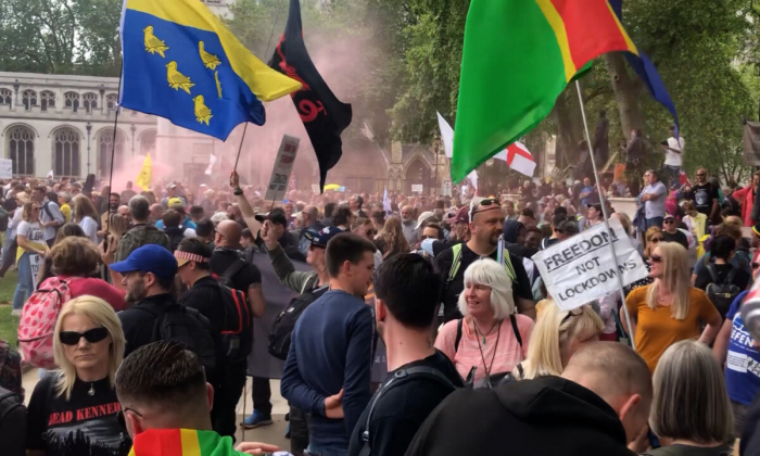 Люди принимают участие в акции протеста против карантинных ограничений и паспортов вакцины на Парламентской площади в центре Лондона 29 мая 2021 года.