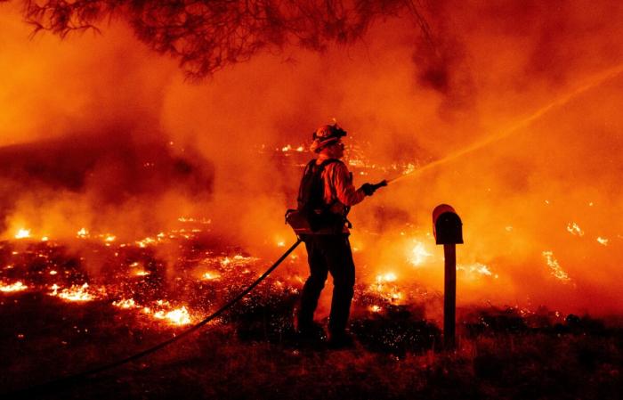 3 фото Пожарный округа Бьютт тушит огонь в Оровилле, штат Калифорния, 9 сентября 2020 г.