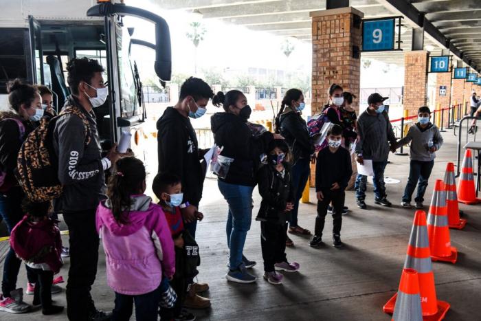 Незаконные иммигранты, в основном из Центральной Америки, вывозятся таможенно-пограничной службой с автобусной станции в приграничном городе Браунсвилл, штат Техас, 15 марта 2021 г.