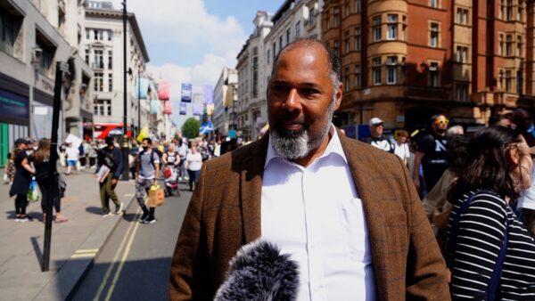 Лидер партии «Наследие» Дэвид Куртен разговаривает с NTD во время акции протеста против карантина и паспортов вакцинации в Лондоне 29 мая 2021 г.