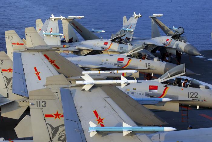 Истребители J15 на авианосце Китая Liaoning во время учений в море в апреле 2018 г.