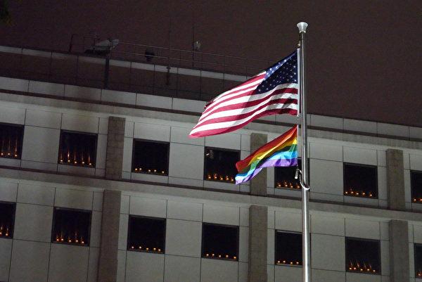 Электрические свечи зажигаются в Генеральном консульстве США в Гонконге и Макао 4 июня 2021 года.