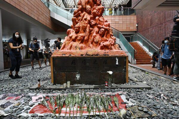 Цветы перед «Столпом позора» в Гонконге, 4 июня 2021 г.