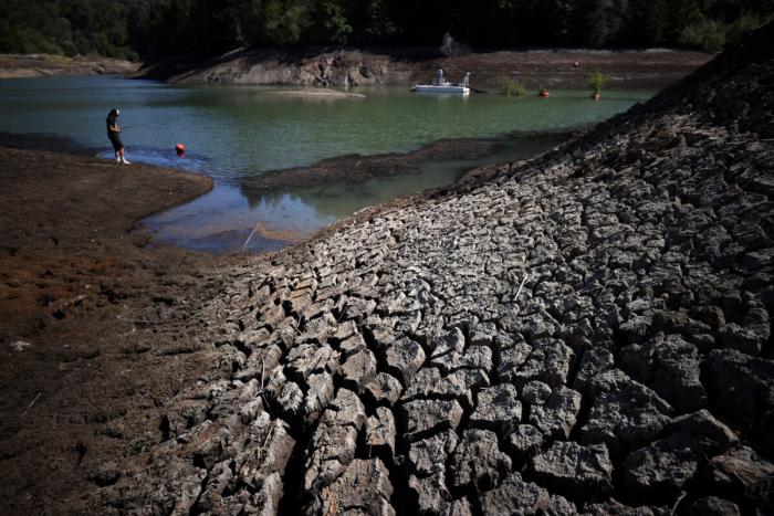 4 фото Сухая потрескавшаяся земля у берега озера Феникс в Россе, штат Калифорния, 21 апреля 2021 года.