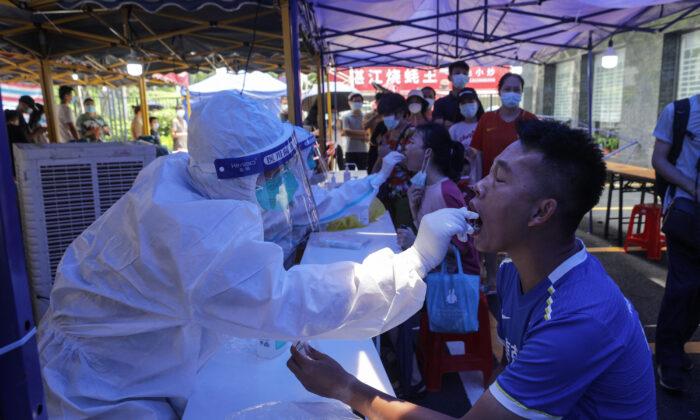 Массовое тестирование и частичная изоляция в китайском городе Гуанчжоу из-за всплеска COVID-19