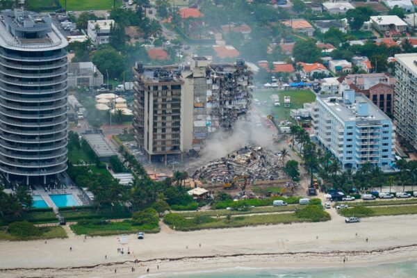 Число погибших при обрушении дома в США возросло до 11. Пропавшими без вести числятся 150 человек
