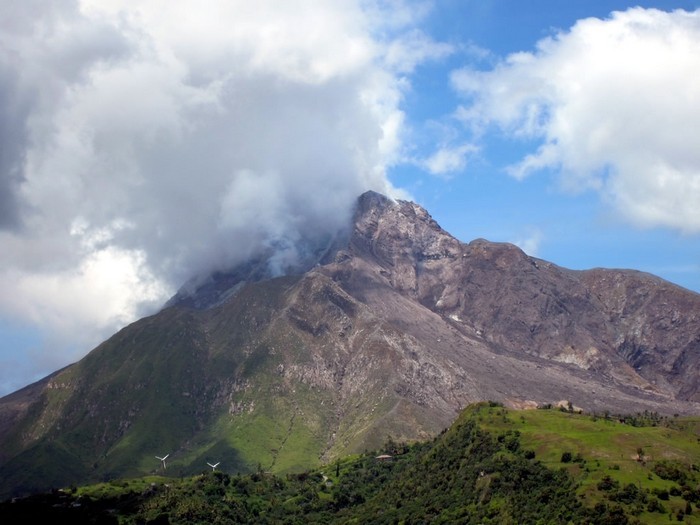 На Карибах проснулся вулкан и наказал нелегалов, выращивающих «особую траву»