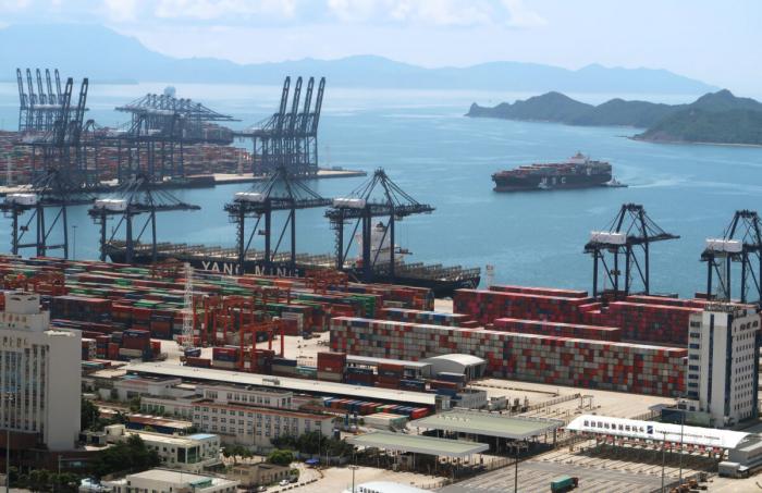 Грузовое судно с контейнерами возле порта Яньтянь в Шэньчжэне после вспышки вируса КПК в провинции Гуандун, Китай, 17 мая 2020 г.