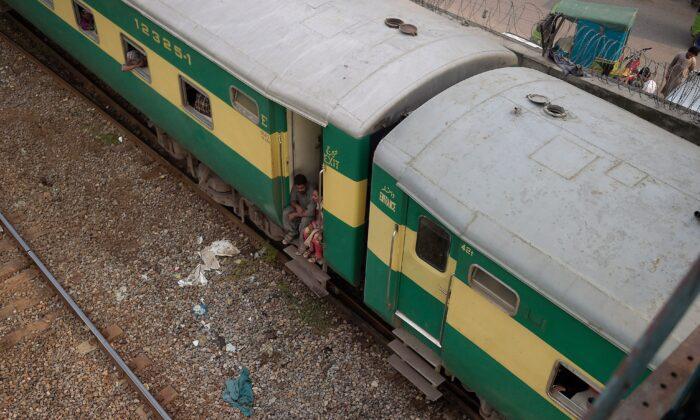 В Южном Пакистане столкнулись 2 поезда, погибли более 30 человек