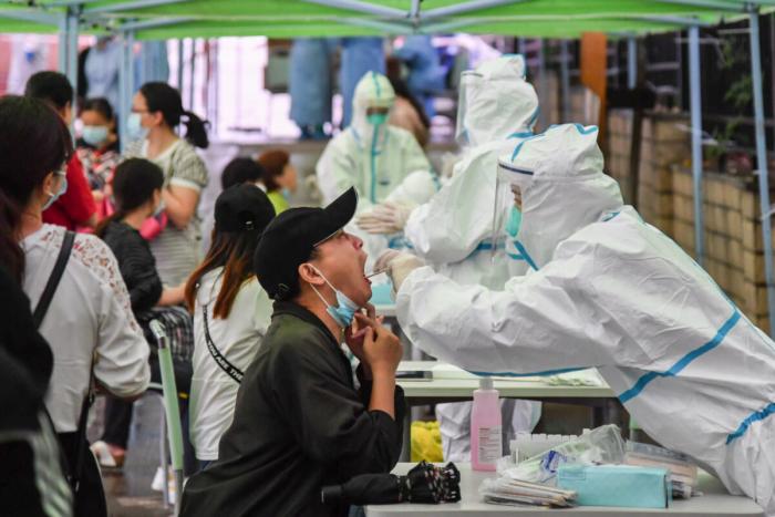 Как люди с неподтверждёнными симптомами COVID-19 борются за выживание в Китае