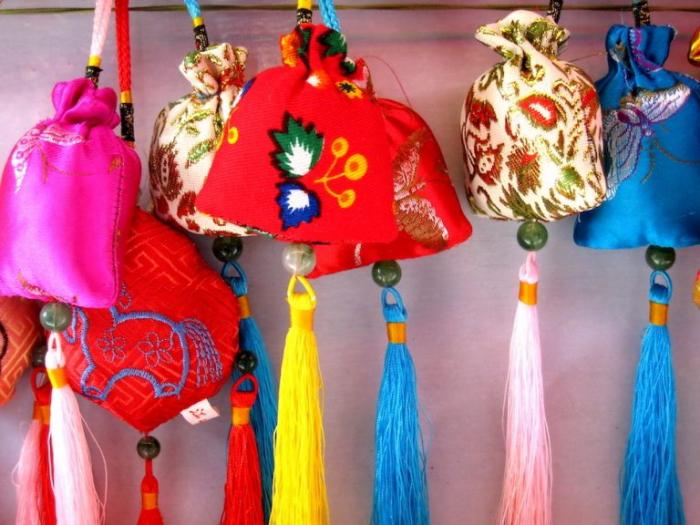 chinese satchels with herbs 768x576 1 e1623482626249 - Фестиваль лодок-драконов: удивительные истории и традиции