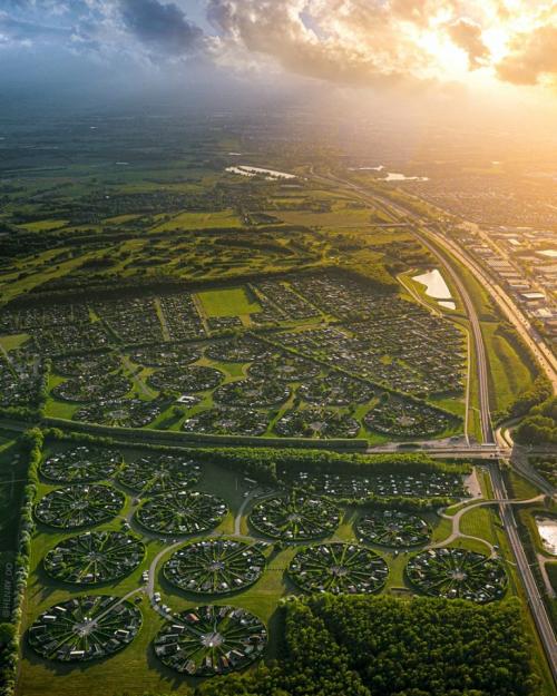Круглая деревня Брённбю в Дании кажется не от мира сего