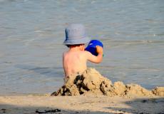 В Приморье в лодке на озере нашли 3-летнего ребёнка в тяжёлом состоянии