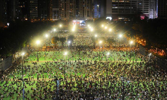 Гонконгцы провели ежегодную мирную акцию со свечами в память о жертвах резни на площади Тяньаньмэнь в 1989 году