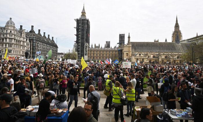 Тысячный марш против карантинных мер и паспортов вакцинации прошёл в Лондоне
