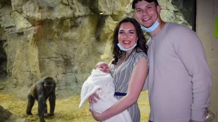 Горилла и женщина показали друг другу своих младенцев