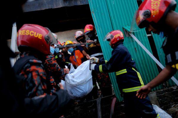 В Бангладеш на заводе заживо сгорели 52 рабочих, запертые внутри здания