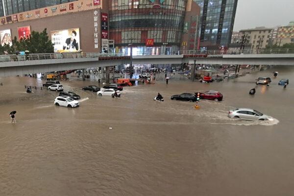 Транспортные средства застряли из-за сильного ливня в городе Чжэнчжоу, провинция Хэнань в центральном Китае, 20 июля 2021 г.