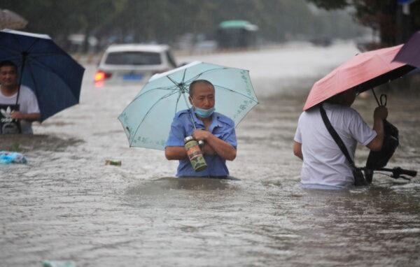 Жители Китая в отсутствии помощи властей сами справляются с наводнением