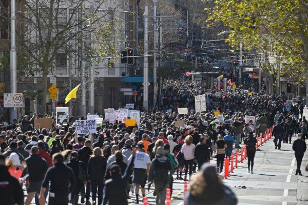 Тысячи австралийцев протестуют против изоляции в Сиднее и Мельбурне