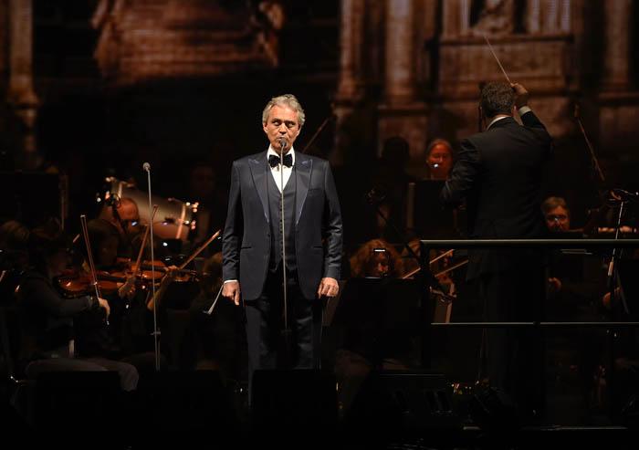 Тенор Андреа Бочелли выступает на концерте в Мэдисон-Сквер-Гарден 13 декабря 2017 года в Нью-Йорке.