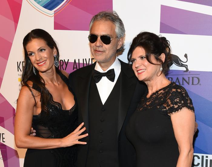(Слева направо) Вероника и Андреа Бочелли с матерью Вероники, Еленой Бернелли, на 19 ежегодном мероприятии Keep Memory Alive «Сила любви» в Лас-Вегасе, штат Невада, 13 июня 2015 г.