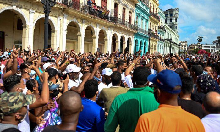 «Долой диктатуру»: тысячи кубинцев выступают против коммунистического режима