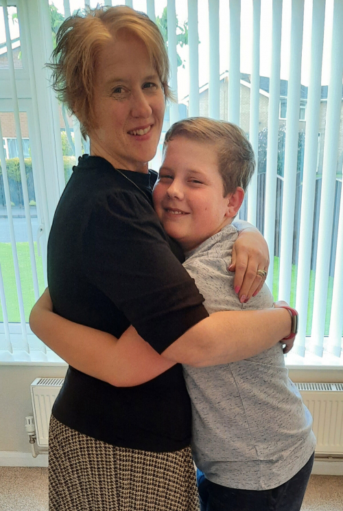 CATERS MUM TOO OBESE FOR HUGS DROPS EIGHT STONE 002 3438679 1200x1785 1 e1625468210545 - Мама весила 127 килограмм и похудела, чтобы дети смогли её обнять