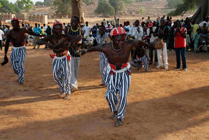 ET Olga Stavrakis Burkina Faso village 2 - Жители африканской деревни живут в богемной обстановке