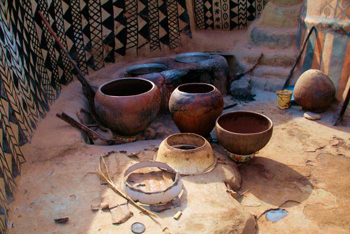 ET Olga Stavrakis Burkina Faso village 3 - Жители африканской деревни живут в богемной обстановке