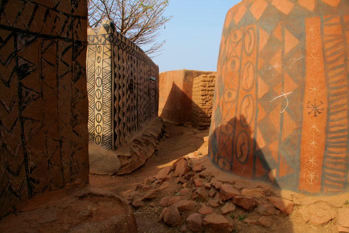ET Olga Stavrakis Burkina Faso village 4 - Жители африканской деревни живут в богемной обстановке
