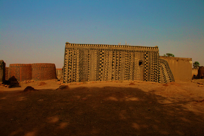 ET Olga Stavrakis Burkina Faso village 5 - Жители африканской деревни живут в богемной обстановке