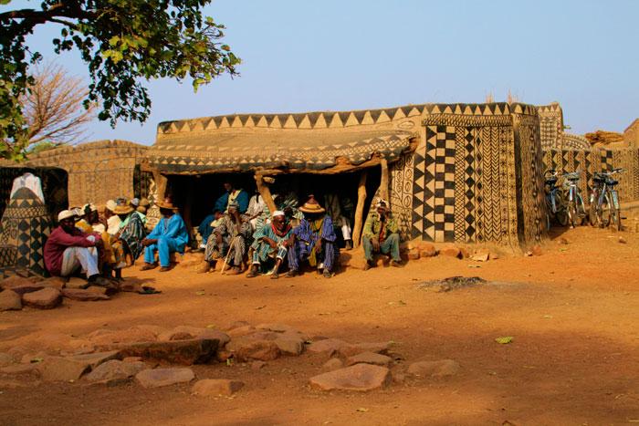 ET Olga Stavrakis Burkina Faso village 6 - Жители африканской деревни живут в богемной обстановке
